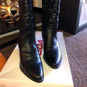 Black women's cowboy boots 🤠